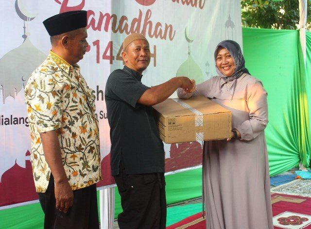 DONASI SOSIAL : Henny Yuliastuti (kanan) Direktur LPP Grahawisata Semarang, tengah memberikan santunan secara simbolis kepada warga Kalialang Gunungpati yang aktif mejadi Jamaah Mushola Al Falah.