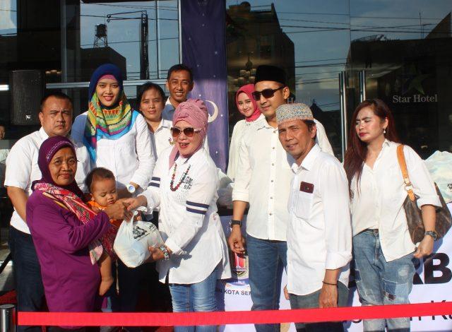 BERBAGI : Kadin, Star Hotel dan Baznas Kota Semarang tengah membagikan sembako kepada kaum duafa dalam kegiatan sosial Ramadan berbagi.