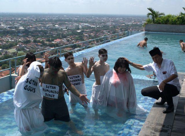 LARUNG SETAN : Benk Mintosih tengah melarung setan simbol sifat negatif manusia jelang bulan Ramadhan di Sky Pool Star Hotel Semarang.