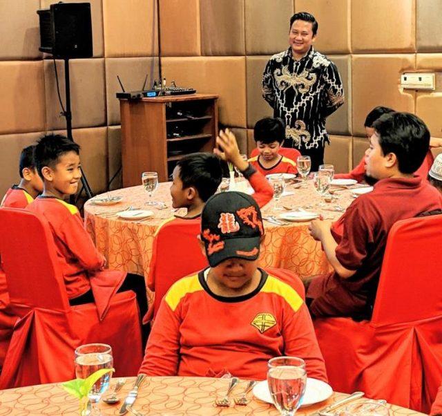 EDUKASI: Terlihat antusias anak-anak dalam mengikuti edukasi table maner Quest Hotel Semarang.