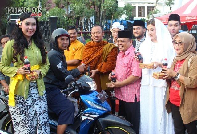 BAGIKAN TAKJIL: Bayu Ramli beserta para pemuka lintas agama saat membagikan takjil untuk masyarakat di Jalan Pahlawan Semarang.
