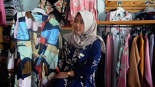 MEMBER JNE: Vita Karima, member JLC (JNE Loyalty Card) dari Solo sukses menjalankan bisnis Tans Collection.