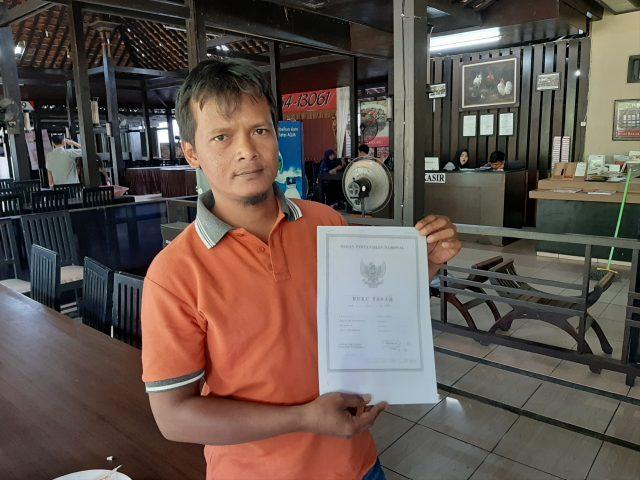 SERTIFIKAT : Marketing PT Graha Pondasi Utama, Suratno menunjukkan serti¿ kat tanah yang dipersoalkan