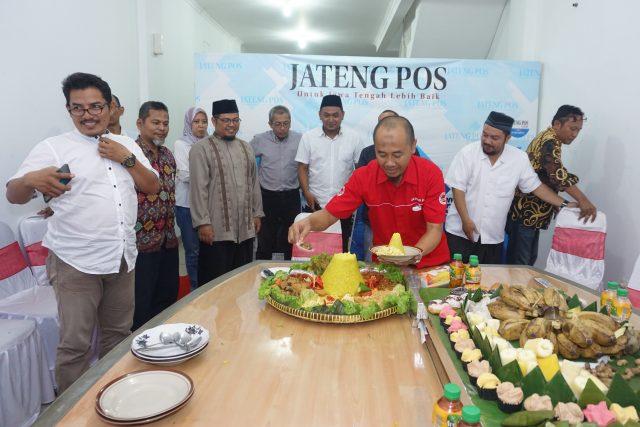 UNGKAPAN SYUKUR: Direktur Jateng Pos Bejan Syahidan memotong tumpeng disaksikan ustad Umar dan jajaran redaksi dan segenap karyawan Jateng Pos menandai rasa syukur perayaan HUT ke-7 Jateng Pos di kantor baru di Jalan Bukit Sari 2D Semarang.