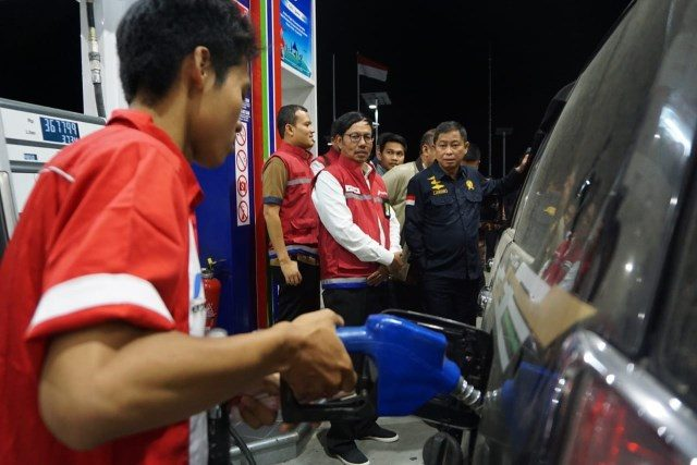 TINJAU SPBU: Menteri Energi dan Sumber Daya Mineral (ESDM), Ignasius Jonan, melakukan peninjauan ke sejumlah SPBU di jalur tol arus balik di wilayah Jawa Tengah pada Rabu (12/6) tengah malam.