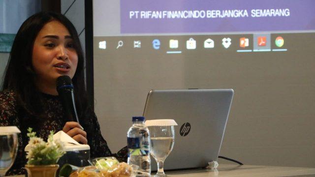 INVESTASI: Branch Manager RFB Semarang, Mia Amalia Maleppe, saat memaparkan potensi bisnis investasi berjangka di Semarang, Jumat (14/6).