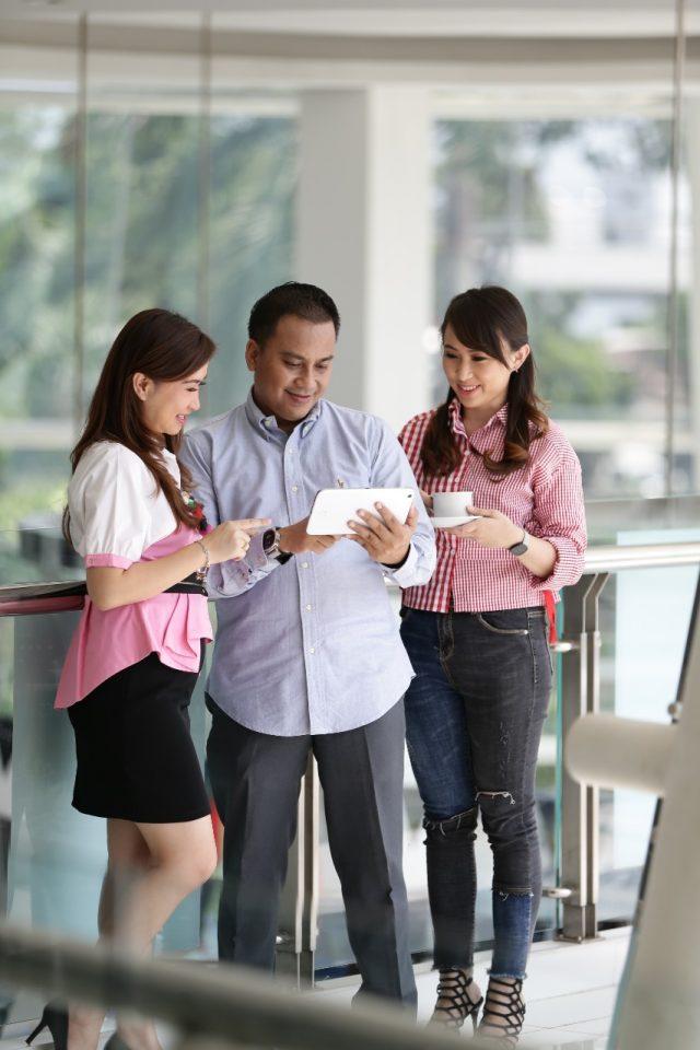 AKSES WEB NASMOCO: Customer Nasmoco tengah mengakses web dan aplikasi Nasmoco yang baru dari ponselnya.