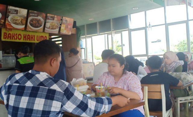 KULINER: Pemudik tengah istirahat sambil menikmati kuliner di rest area 429 Tol Ungaran Jawa Tengah.
