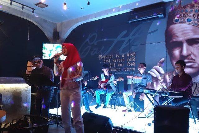 KOLABORASI: Salah satu pengunjung tengah menunjukan bakat menyanyinya di panggung musik Castle Bar & Resto Semarang.