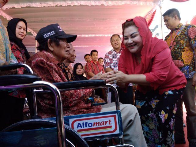DISERAHKAN : Wakil Walikota Semarang Ir. Hevearita Gunaryanti Rahayu saat menyerahkan bantuan kursi roda dari Alfamart kepada lanjut usia di balai kota Semarang, Minggu (16/5).