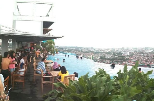 SENSASIONAL : Pengunjung tengah menikmati berenang diatas ketinggian Skypool Star Hotel Semarang.
