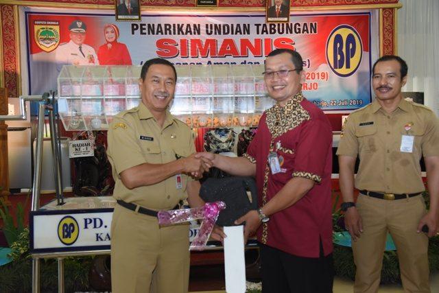 PENGUNDIAN : Dirut PD BPR Bank Pasar Sukoharjo bersama Asisten II saat pengundian Tabungan 'Simanis' XVI.