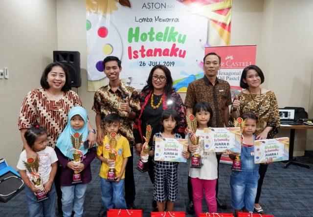 TERBAIK: Yuni J Manicha ( Kanan ) GM Aston Inn Hotel Pandanaran Semarang foto bersama juara lomba mewarnai gambar Hari Anak Nasional 2019. Foto : DWI SAMBODO/JATENG POS.