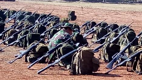 SANDARKAN SENAPAN : Demi mengabdi kepada pembangunan ratusan prajurit meletakkan senjata membantu warga.