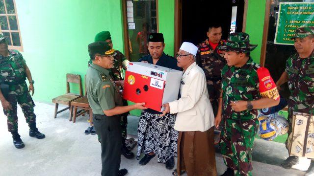 BERI BANTUAN : Brigjen TNI Herawan, MSi didampingi Dandim 0716 Demak Letkol Inf Abi Kusnianto saat menyerahkan bantuan kepada pengasuh ponpes Sabilul Huda Kyai Haji Abu Mansyur.