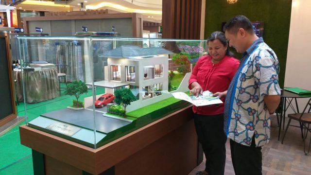 PAMERAN- Sejumlah pengunjung melihat lihat pameran Properti Expo Semarang di Mall Paragon Semarang, baru-baru ini. FOTO : ANING KARINDRA/JATENG POS