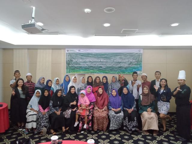 KEBERSAMAAN: Tim pengabdian masyarakat dosen kebidanan dan komunikasi Unissula foto bersama remaja Panti Asuhan Noor Hidayah usai kegiatan bhakti sosial.