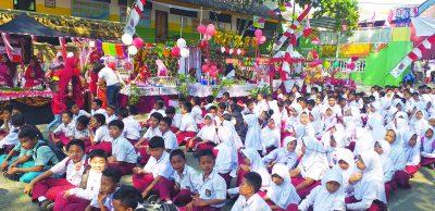 SEMANGAT : Siswa –siswi SDN Purwoyoso 02 Kecamatan Ngalian penuh semangat mengikuti kegiatan bazar jajanan bunda masa kecil.