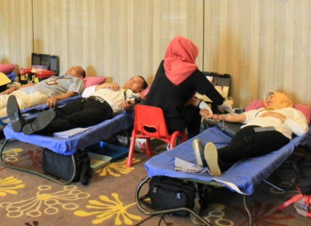 DONOR DARAH: Petugas PMI Kota Semarang tengah mengambil darah peserta kegiatan sosial dalam rangka milad ketiga Pesonna Hotel Semarang.