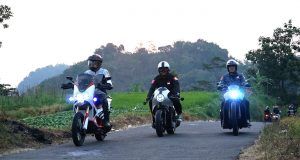 HDR2019 : Hasil modifikasi Honda PC; dari modifikator I Putu Tony Hadi Putra (kiri), modifikator Muhammad FiThi Wahyu Pramana (tengah) dan modifikator Law A San (kanan) menjelajahi kota Solo.