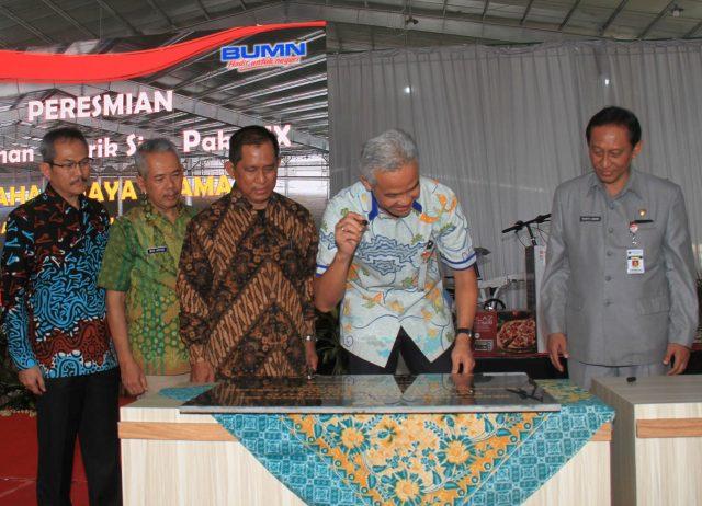 DIRESMIKAN: Gubernur Jawa Tengah, Ganjar Pranowo menandatangani prasasti, peresmian Bangunan Pabrik Siap Pakai (BPSP) IX, Graha Wijaya Utama I PT KIW disaksikan Direktur Utama KIW Rachmadi Nugroho dan Komisaris Utama Prasetyo Aribowo (kanan).