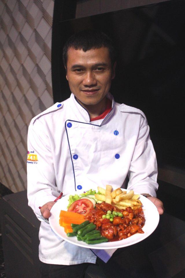 MENU BARU : Denny Menyenk, Chef Executive Inul Vista Semarang tengah menunjukan menu baru Bistik Ayam Oriental. Foto : DWI SAMBODO/JATENG POS.