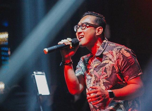 ROMANTIS : Penampilan Adjie Dygtha mampu menghibur pelanggan dan penonton panggung musik Crystal Lounge Eleven Karaoke & Spa Semarang. Foto : DWI SAMBODO/JATENG POS