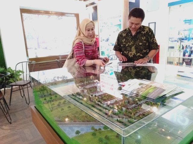 PAMERAN- Pengunjung tengah melihat-lihat pameran Properti Expo Semarang yang digelar di Mall Ciputra Semarang baru-baru ini. FOTO : ANING KARINDRA/JATENG POS