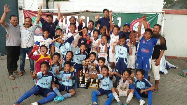 Keluarga Besar SSS Semarang dan Management SSS Semarang merayakan Kegembiraannya di Piala Kemenpora U 11 di Lapangan Sidodadi Semarang. FOTO : RWP/JATENGPOS