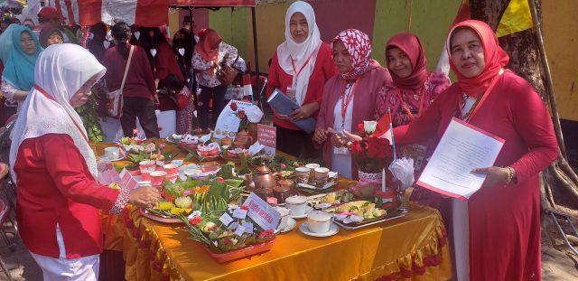 KREASI : Tim juri dan jajaran guru SD Negeri Purwoyoso 02 Kecamatan Ngalian saat akan melakukan penilaian terhadap kreasi makanan tradisional dalam bazar jajanan bunda masa kecil.