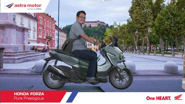 AUGMENTED REALITY (AMReal): Salah seorang konsumen sedang mencoba AMReal hasilnya berupa foto konsumen yang sedang menaiki motor Honda sesuai dengan impian dan pilihan konsumen. Kemudian foto tersebut akan dikirimkan ke email konsumen.