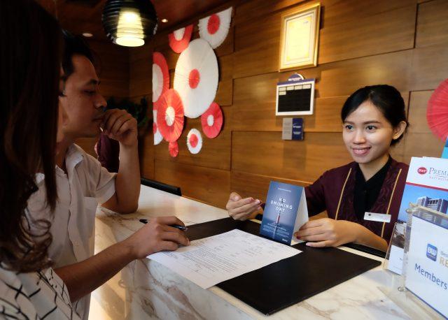 BERI INFORMASI: Karyawan tengah memberikan informasi kepada pelanggan tentang kampanye bebas rokok yang berlaku setiap bulan pada tanggal 16.