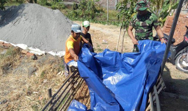 BUDIDAYA LELE : Anggota Satgas TMMD Tahun 2019 Kodim Demak Serda Supardi saat memberikan arahan cara membuat kolam lele yang baik dan benar pada warga Desa Kalikondang. Adhi pramanto /jateng pos