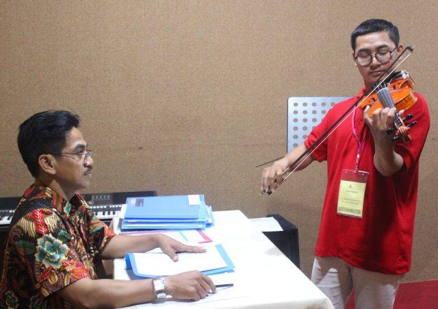 SERTIFIKASI : Salah satu peserta kelas biola tengah mengikuti tahapan uji kompetensi Sertifi kasi LPS Musik Indonesia di Halmahera Music School Semarang