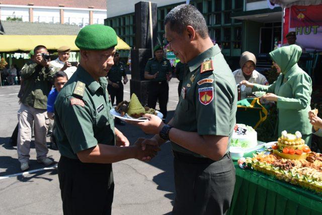 TNI MERAKYAT: Danrem 073/Makutarama Kol ( Arm) Moch.Erwansjah ( kanan) memberikan potongan tumpeng kepada Peltu Lilik, prajurit tertua yang segera memasuki masa pensiun.