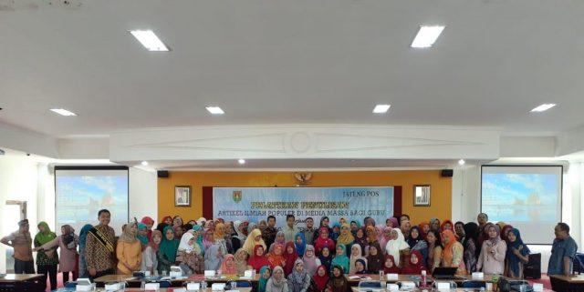 FOTO BERSAMA : Peserta guru melakukan foto bersama disela mengikuti pelatihan penulisan artikel ilmiah yang diadakan KLG Jateng bersama Dinas Pendidikan Kabupaten Magelang serta Jateng Pos di Aula Disdik Kabupaten Magelang, Minggu (1/9) kemarin.