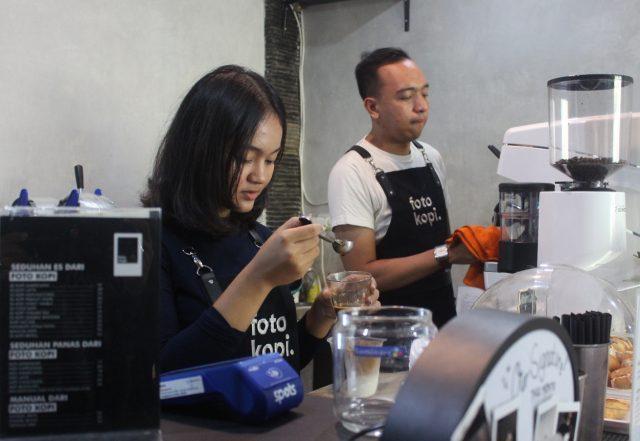 PROFESIONAL: Barista Kedai Kopi FotoKopi meracik mix minuman berbahan biji kopi khas Nusantara, menarik minat penggemar kopi kaum milenial.