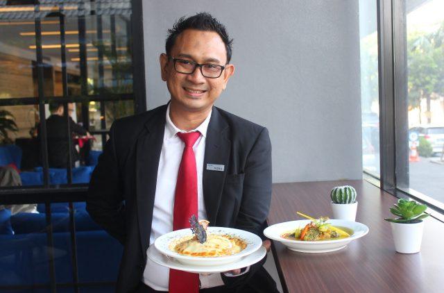 MENU BARU: Krisdiar Porandito Marketing Komunikasi Aston Inn Hotel Pandanaran Semarang, tengah menunjukan dua menu baru kreasi Nusantara & Western.