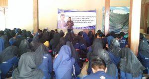 JAGA PERSATUAN: Anggota DPR/MRP RI Drs.Fadholi mensosialisasikan empat pilar kebangsaan di hadapan ratusan mahasiswa IAIN Salatiga.