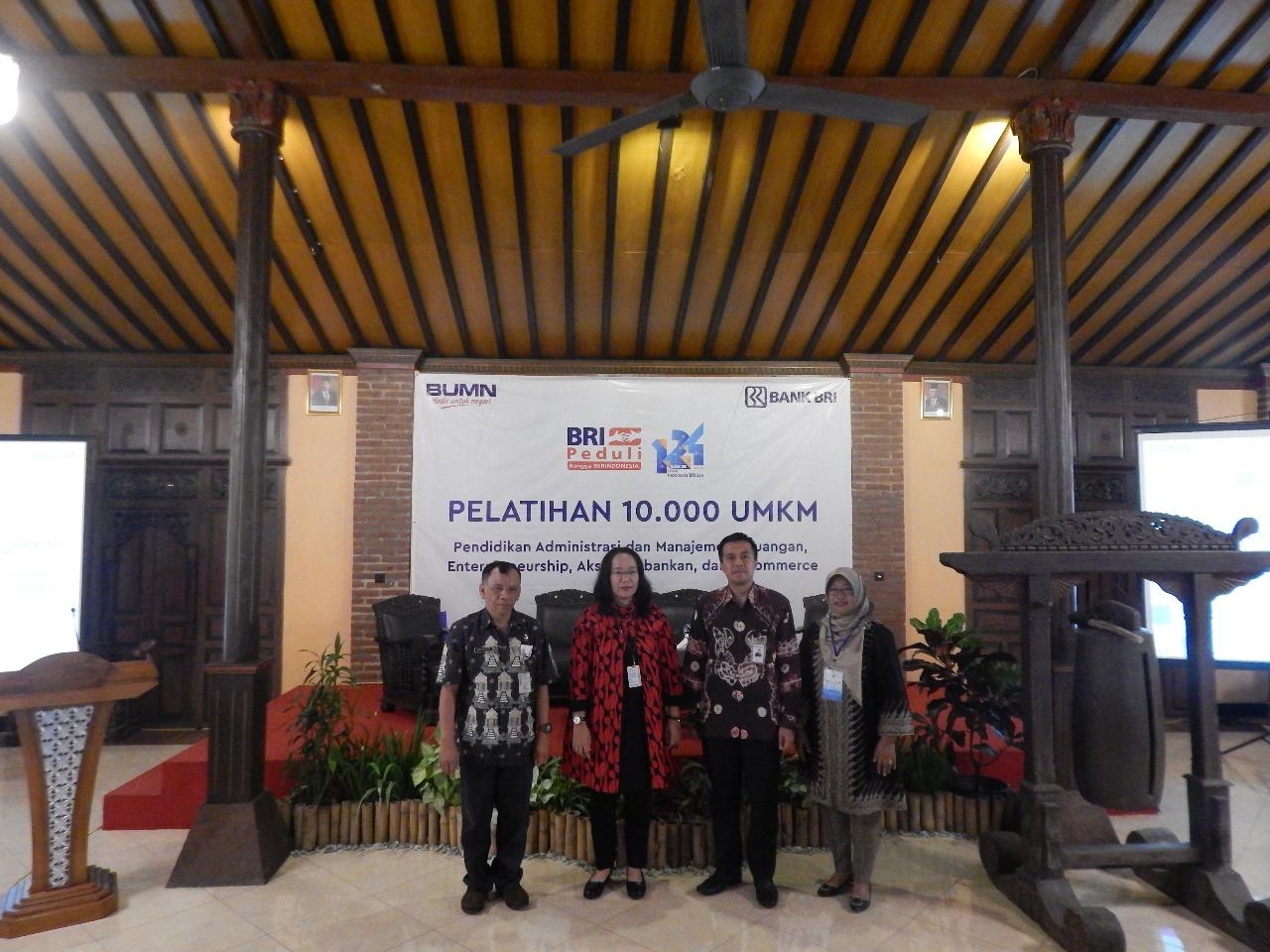PEMBUKAAN- (kiri-kanan) Sekretaris Dinas Koperasi UKM Perindustrian dan Perdagangan Kabupaten Semarang, Hadi Riyanto; Kabag Logistik dan Umum Kantor Wilayah BRI Semarang, Eda Febriyanti; Pemimpin Cabang BRI Kantor Cabang Ungaran, Reza Syahrizal Setiaputra; dan salah satu pemateri dari Vission College, Mustikatun; saat membuka 'Pelatihan 1.000 UMKM' yang digelar Bank BRI, di Balemong Resort Ungaran, Kamis (7/11). FOTO : ANING KARINDRA/JATENG POS