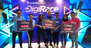 PEMENANG DIGIRICE- Activation and Events PT XL Axiata, Yuda Pranata, berfoto bersama para pemenang 'Digi Race Competition 2019' di Kota Semarang, Sabtu (9/11). FOTO : ANING KARINDRA/JATENG POS