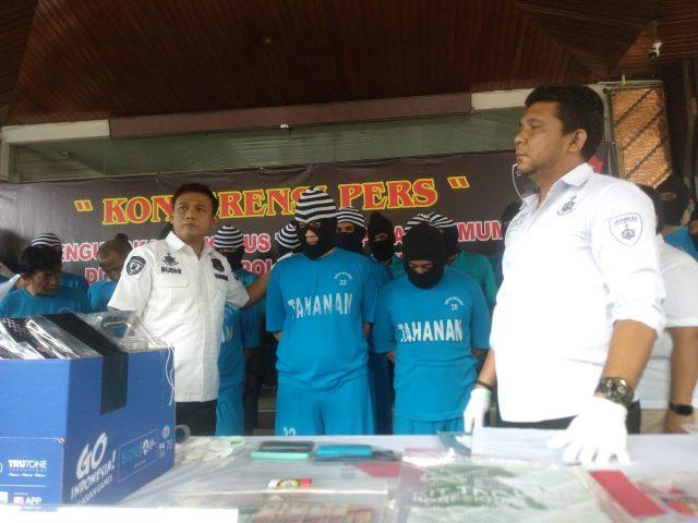 TERSANGKA: Polisi menunjukkan tersangka penggerebekan di Zeus Karaoke Semarang. Setelah menetapkan Irfan Fausy alias Marcel sebagai tersangka, polisi juga membidik manajemen Zeus Karaoke.