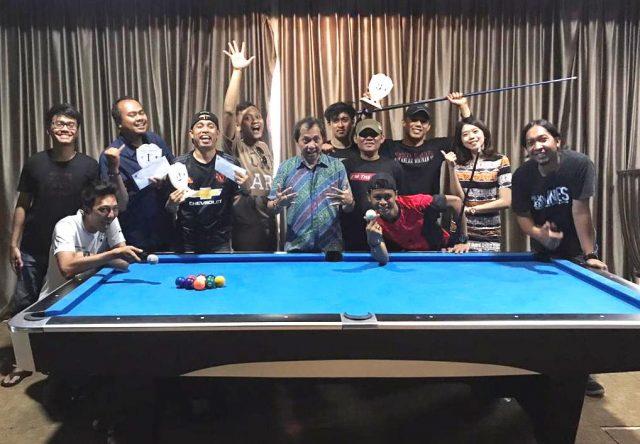 JUARA: Sebagian peserta dan juara lomba biliar media HUT ke-7 Star Hotel Semarang foto bersama seusai kegiatan.