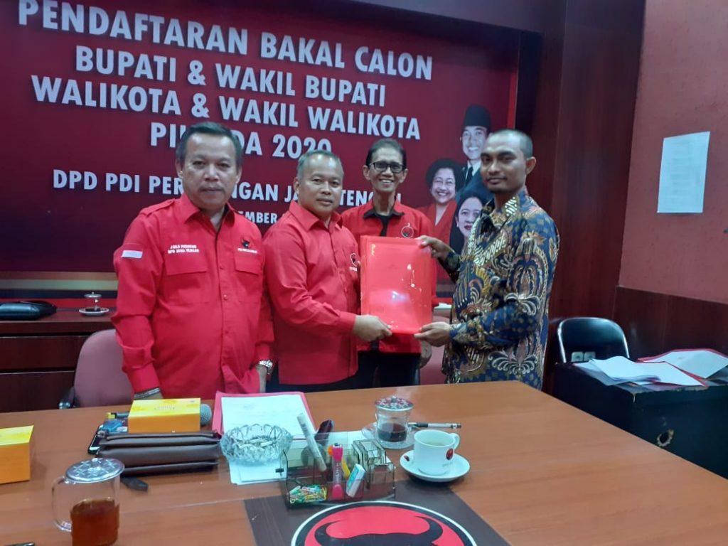 BALON WAKIL WALIKOTA: Bakal calon Wakil Walikota Surakarta Razali Ismail Ubid saat menyerahkan berkas pencalonan ke DPD PDIP Jateng.