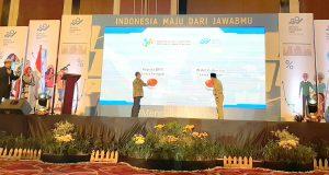 RAPAT KOORDINASI : Wagub Jateng Taj Yasi Maimoen bersama Kepala Badan Pusat Statistik (BPS) Jateng, Sentot Bangun Widoyono menekan tombol sebagai simbol dimulainya Rakorda SP2020 Provinsi Jateng, Senin (9/12).