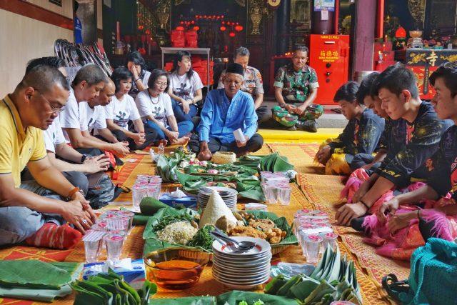 PANJATKAN DOA: Panitia Pasar Imlek Semawis (PIS) menggelar doa bersama di Klenteng Tay Kak Sie, Gang Lombok, Sabtu (11/1). foto prast.wd/jateng pos