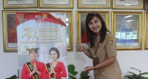 IKON SEMARANG: Iin Indriyasari Kepala Disbudpar Kota Semarang tengah pose promosi Denok-Kenang yang akan dihelat Maret - April 2020 mendatang.