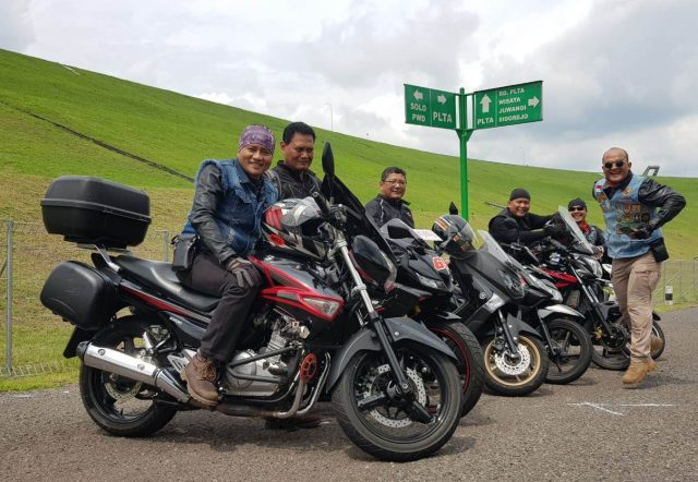 GUYUB : Komunitas Bikers GM-HM Happy Semarang, pose di salah satu sudut jalan menuju destinasi wisata di Jawa tengah dalam kegiatan Touring Wisata Promosi. Foto : DWI SAMBODO/JATENG POS.