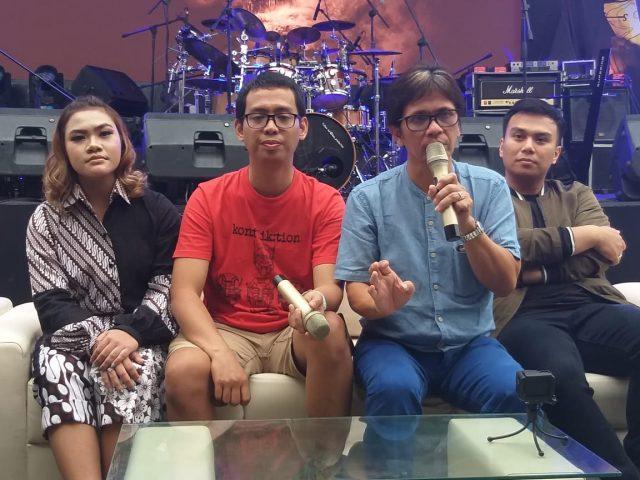SINGLE ANYAR: Gilang Ramadhan (dua kanan) maestro drum, memberikan keterangan seputar materi single musisi belia Bunga Bangsa (kiri), di Kawasan Kota Lama Semarang. Foto : DWI SAMBODO/JATENG POS.