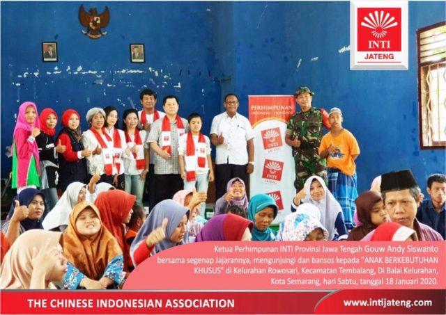 BANTUAN INTI: Ketua Perhimpunan Indonesia-Tionghoa (INTI) Provinsi Jawa Tengah, Gouw Andy Siswanto saat menyerahkan bantuan pada para penyandang autis di Kelurahan Rowosari, Kota Semarang, Sabtu (18/1/2020). FOTO : IST/ANING KARINDRA/JATENG POS